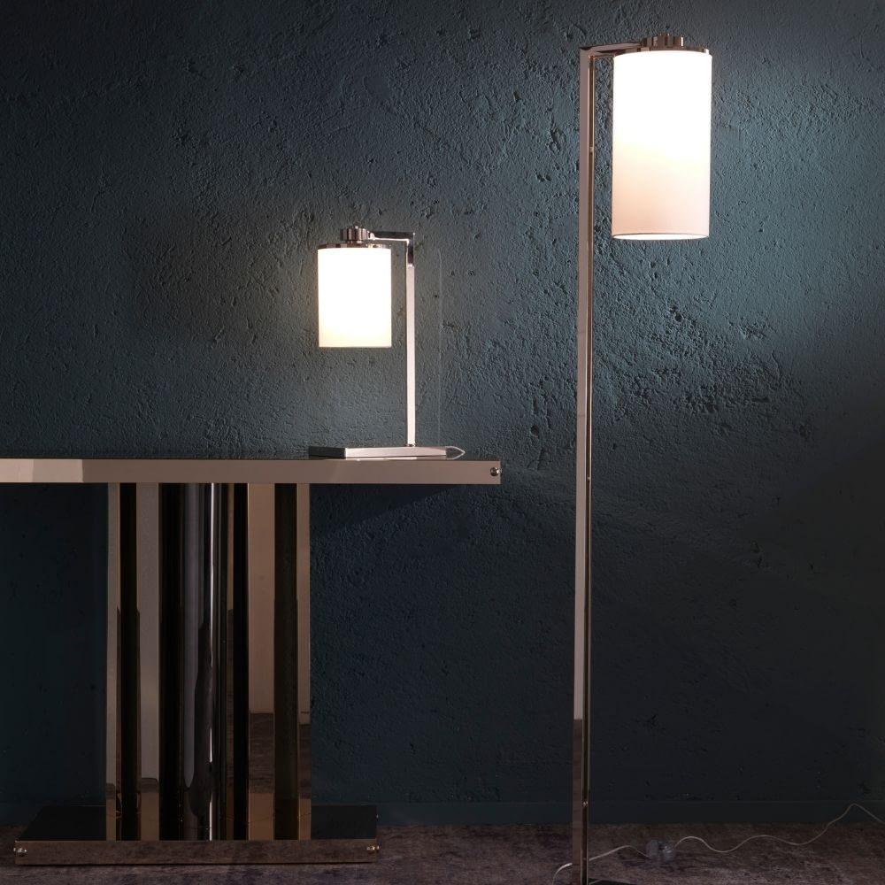 lampada da terra e tavolo